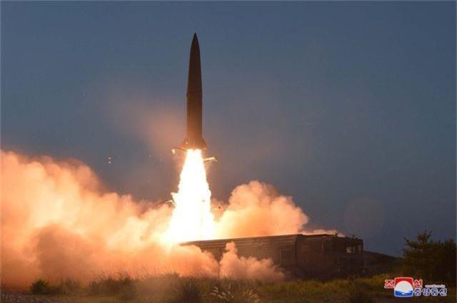 Ông Kim Jong-un tươi cười khi thị sát phóng tên lửa - 2