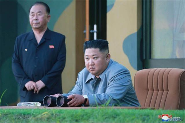 Ông Kim Jong-un tươi cười khi thị sát phóng tên lửa - 4