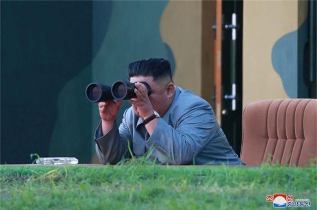 Ông Kim Jong-un tươi cười khi thị sát phóng tên lửa - 5