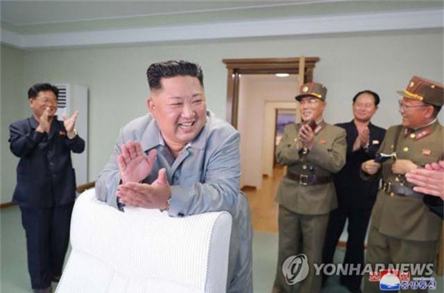 Ông Kim Jong-un tươi cười khi thị sát phóng tên lửa - 6