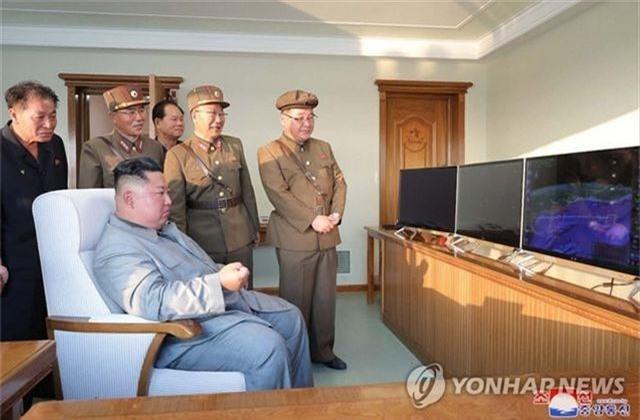 Ông Kim Jong-un tươi cười khi thị sát phóng tên lửa - 7