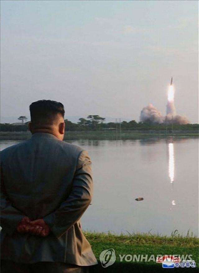 Ông Kim Jong-un tươi cười khi thị sát phóng tên lửa - 8