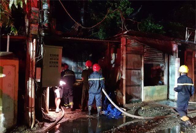 Cháy xưởng gỗ, lửa lan sang quán cà phê và tiệm cắt tóc - 2