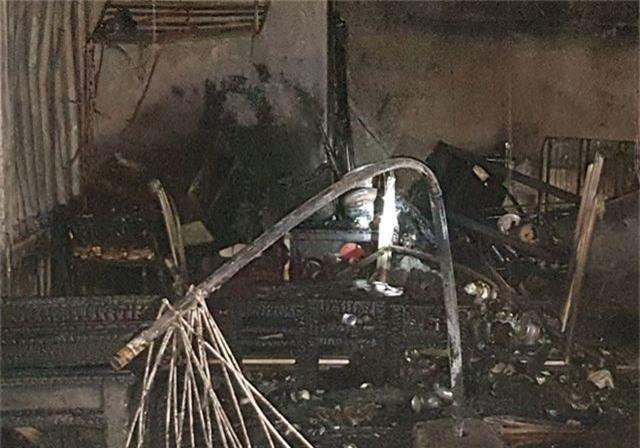 Cháy xưởng gỗ, lửa lan sang quán cà phê và tiệm cắt tóc - 3