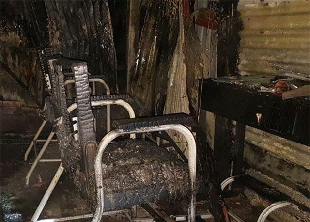 Cháy xưởng gỗ, lửa lan sang quán cà phê và tiệm cắt tóc - 4