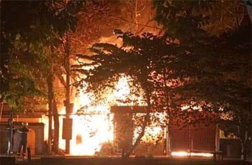 Đám cháy bốc lên từ xưởng gỗ với lửa cuồn cuộn