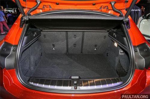 Cốp xe dung tích 470 lít, có thể tăng lên thành 1.355 lít nếu gập hàng ghế thứ hai.