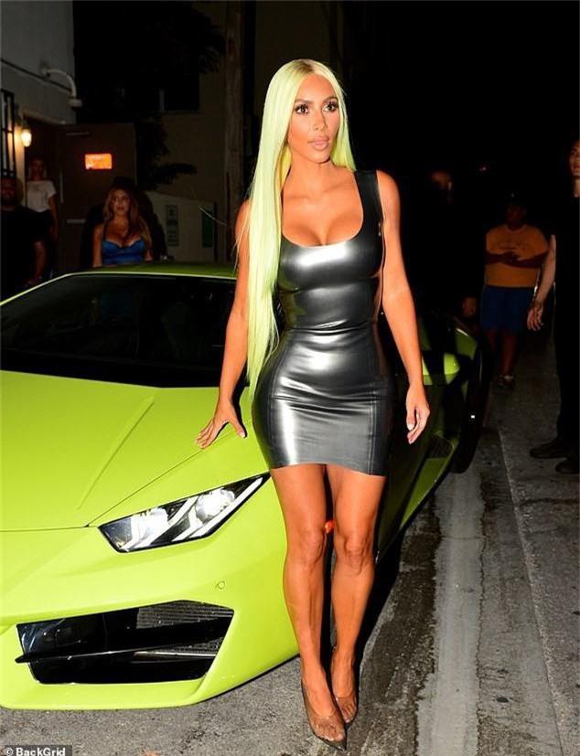 Hot lại hình ảnh Kim Kardashian để tóc chói lọi cùng tông siêu xe, ai ngờ lý do đằng sau lại ngôn tình sến súa đến vậy - Ảnh 1.