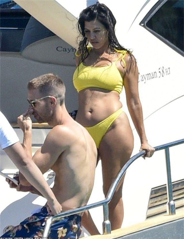 Kourtney Kardashian diện bikini bốc lửa trong kỳ nghỉ hè - 2