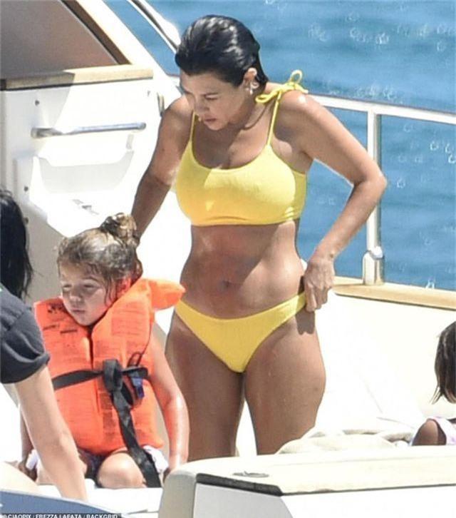 Kourtney Kardashian diện bikini bốc lửa trong kỳ nghỉ hè - 4