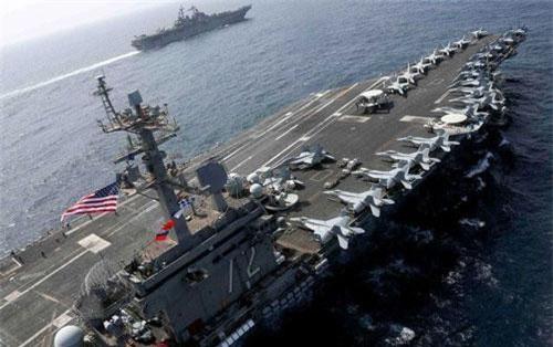 Tàu sân bay USS Abraham Lincoln tập trận cùng tàu tấn công đổ bộ USS Kearsarge trên biển Ả rập gần Iran vào ngày 17/5. (Ảnh: Reuters)