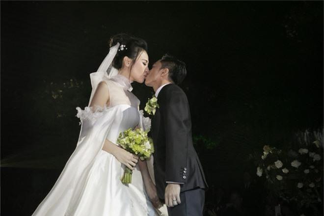 Ảnh đẹp: Đàm Thu Trang diện váy cưới kín đáo, hạnh phúc khoá môi Cường Đô La trong ngày trọng đại  - Ảnh 4.