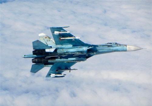 Đầu tiên phải nhắc tới chiến đấu cơ Su-27 - câu trả lời mà Liên Xô dành cho chương trình F-15 của Mỹ. Nguồn ảnh: BI.