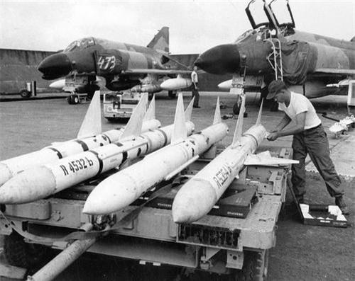 Tiêm kích F-4C của Không quân Mỹ đóng tại căn cứ Cam Ranh, loại tên lửa trong ảnh là AIM-7 Sparrow. Ảnh: War History Online.