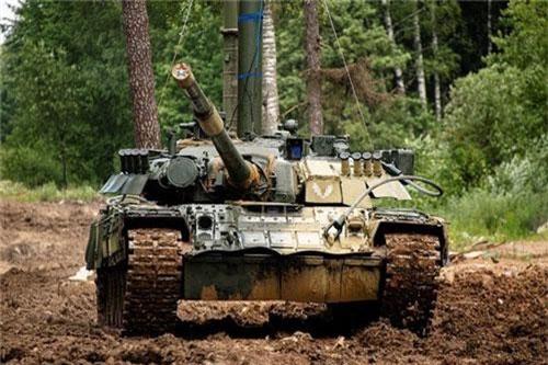 Mới đây, cơ quan báo chí Bộ Quốc phòng Liên bang Nga đăng tải hoạt động huấn luyện vượt sông của đơn vị chủ lực được trang bị xe tăng T-80BV và T-80U. Ảnh: Konstantin Yemchenko