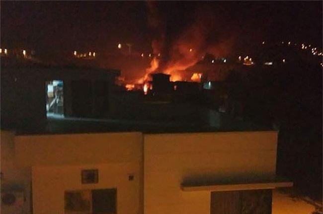 Máy bay quân sự của Pakistan rơi xuống khu dân cư gần TP Rawalpindi. (Ảnh: Dunya News)
