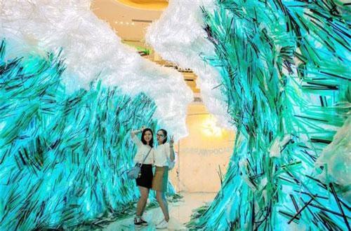 Một nghệ sĩ người Canada đã tạo nên sắp đặt nghệ thuật lớn nhất thế giới được làm từ ống hút.