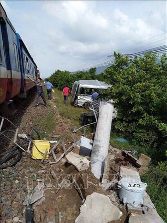 Tàu hỏa húc bay ô tô 16 chỗ, 3 người tử vong - 2