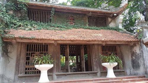 Chùa Mía (Sùng Nghiêm Tự) cách thủ đô Hà Nội khoảng 45km, thuộc địa phận thôn Đông Sàng, xã Đường Lâm, TX Sơn Tây (Hà Nội).Đây là ngôi chùa cổ, hàng năm tiếp đón nhiều đoàn khách trong và ngoài nước đến thăm quan, chiêm bái.Gác chuông của chùa là ngôi nhà 3 gian làm theo kiểu chồng diêm 2 tầng 8 mái. Trên gác treo một quả chuông đúc năm Cảnh Hưng thứ 4 (1743) và một khánh đồng đúc năm Thiệu Trị thứ 6 (1864).