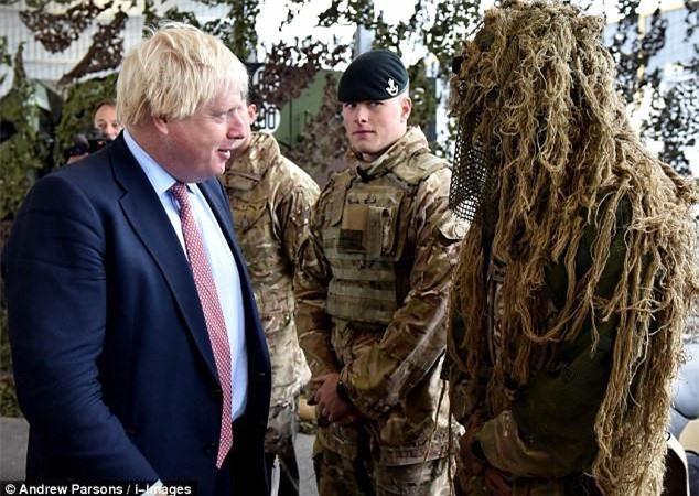 Trong chuyến thăm tới Estonia khi còn ở cương vị Bộ trưởng Ngoại giao Anh hồi năm 2017, ông Boris Johnson đã ghé thăm đơn vị Quân đội Anh đang đóng quân tại quốc gia này. Nguồn ảnh: Dailymail.