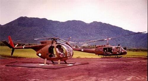Trực thăng trinh sát OH-6 và trực thăng đa dụng UH-1 của Mỹ trên chiến trường Việt Nam. Ảnh: War History Online.