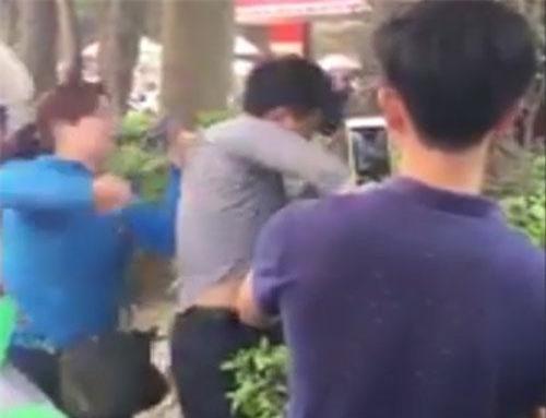 Người đàn ông áo xám được cho là đã có hành vi sờ ngực chị T. trên xe buýt nên bị chị T. giữ lại lúc xuống xe.