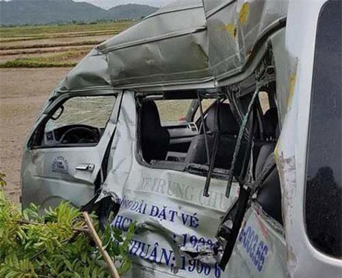 Xe khách bị tông biến dạng hoàn toàn.