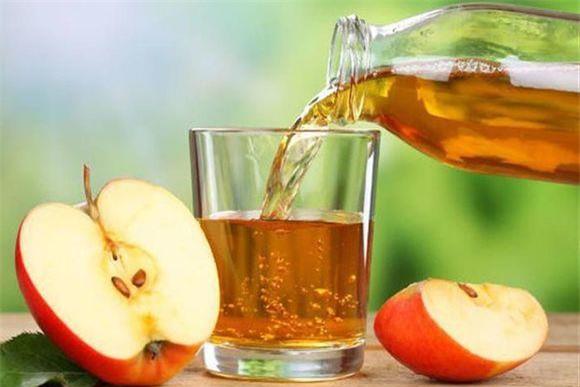 Giấm táo là một trong những loại đồ uống tự nhiên có khả năng kiểm soát huyết áp tốt. Ngoài ra, nó còn cung cấp kali, lọc bỏ natri và độc tố dư thừa ra khỏi cơ thể. Ảnh: thucthan.