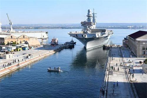 Theo Bộ Quốc phòng Italia, tàu sân bay hạng nhẹ mang tên Cavour của hải quân nước này đã tới nhà máy đóng tàu Taranto vào hôm thứ hai, ngày 22/7.