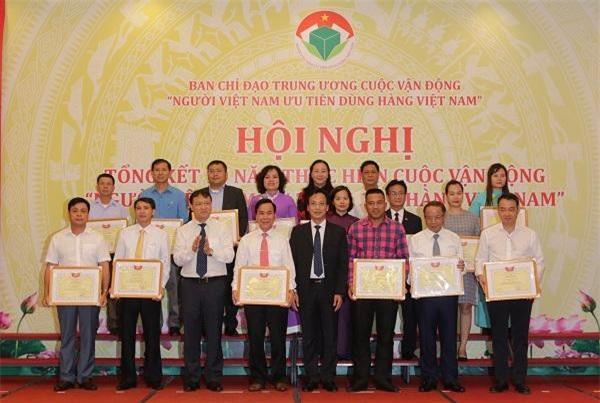 Chủ tịch VINASME Nguyễn Văn Thân (hàng thứ nhất, thứ 2 từ phải sang) nhận bằng khen của Ban Chỉ đạo Cuộc vận động.
