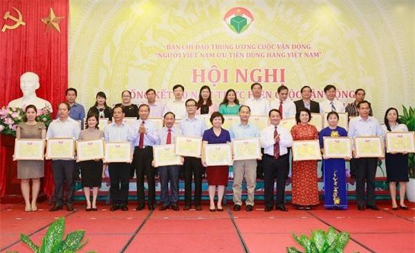 Phó Chủ tịch - Tổng Thư ký Hầu A Lềnh trao bằng khen cho tập thể có thành tích xuất sắc trong triển khai Cuộc vận động. (Ảnh: ĐĐK)