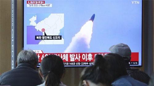 """Loại tên lửa Triều Tiên vừa phóng thử hôm thứ năm vừa rồi được cho là một loại tên lửa mới """"chưa từng thấy"""" trước đây. Đây cũng là lần đầu tiên Triều Tiên phóng thử tên lửa kể từ sau khi Lãnh đạo Kim Jong-un gặp Tổng thống Mỹ Donald Trump. Nguồn ảnh: BI."""