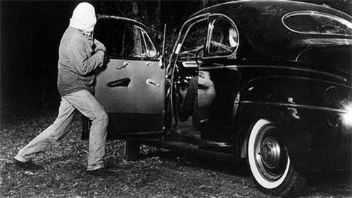 Vào đêm 22/2/1946, gã sát nhân giết người đêm trăng sáng bắt đầu hành trình tội phạm. Nạn nhân đầu tiên của y là cặp tình nhân Jimmy Hollis và Mary Jeanne Larrey.