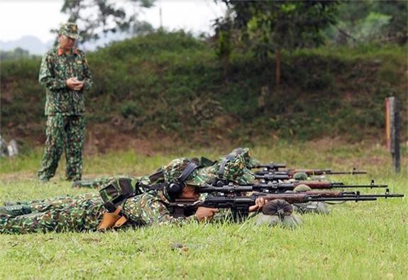Các xạ thủ bắn tỉa ngắm bắn mục tiêu qua ống ngắm gắn trên thân súng SVD. Nguồn: Quân đội Nhân dân