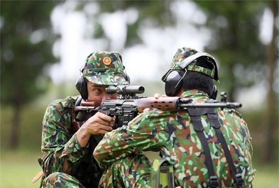 Xạ thủ bắn tỉa Việt Nam huấn luyện với súng SVD.