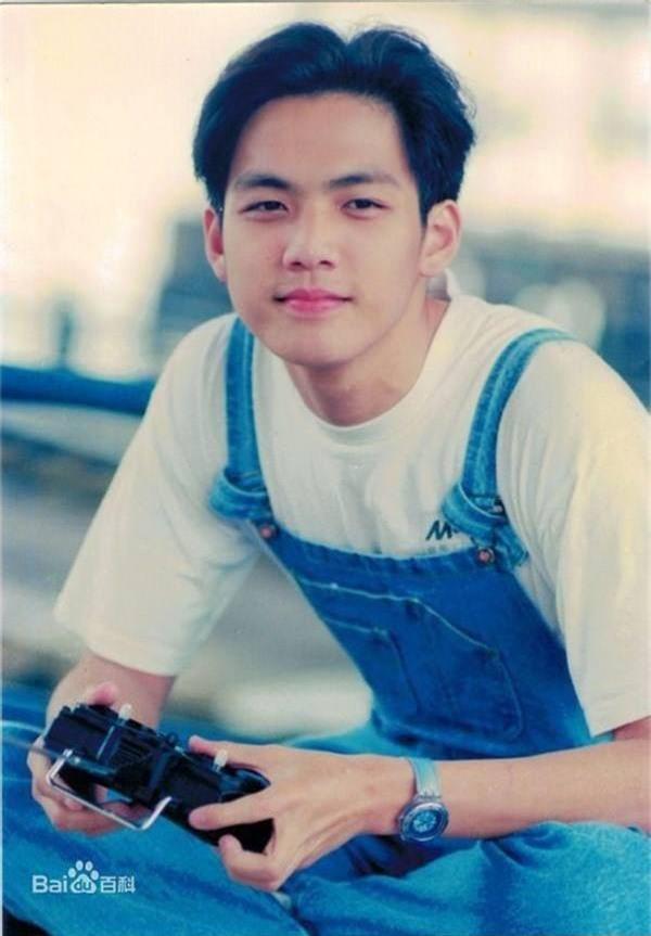 Bất ngờ với ảnh thời đi học của sao Hoa ngữ: Hồ Ca, Huỳnh Hiểu Minh khác hoàn toàn hiện tại, Chung Hán Lương, Phạm Băng Băng vẫn đẹp xuất sắc từ bé - Ảnh 4.