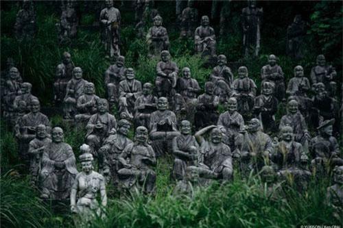 """Công viên bỏ hoang Fureai Sekibutsu no Sato ở Nhật Bản khiến nhiều người rùng mình ớn lạnh khi bước chân vào. Nguyên do là vì """"rừng tượng ma"""" này gây ám ảnh với hàng trăm bức tượng có ánh nhìn sắc lạnh."""