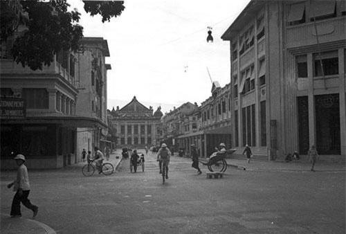Ngã tư Paul Bert - Henri Rivie (nay là ngã tư Tràng Tiền - Ngô Quyền), Hà Nội năm 1940. Nhà hát Lớn Hà Nội nằm cuối phố Paul Bert. Ảnh tư liệu.