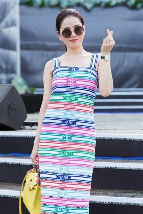 Xuất hiện tại buổi tổng duyệt Miss World Vietnam 2019 ở Đà Nẵng, Lệ Quyên nổi bật với bộ váy hai dây kẻ ngang nhiều màu sắc của Chanel.