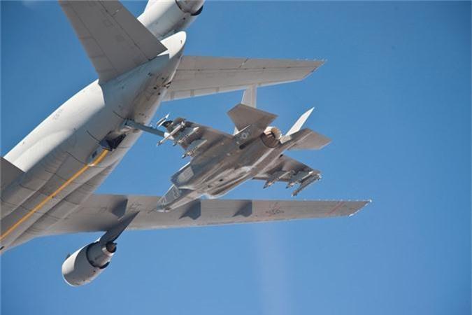 Can canh tiem kich F-35 cua Khong quan Anh tiep lieu tren khong-Hinh-8