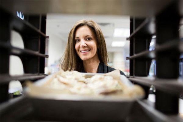 Sau 3 năm tiếp quản, Kat Cole mở rộng thêm 200 chi nhánh cho Cinnabon, hợp tác với các hãng thực phẩm lớn như Taco Bell, Burger King và trở thành nhãn hiệu toàn cầu tại 56 quốc gia.