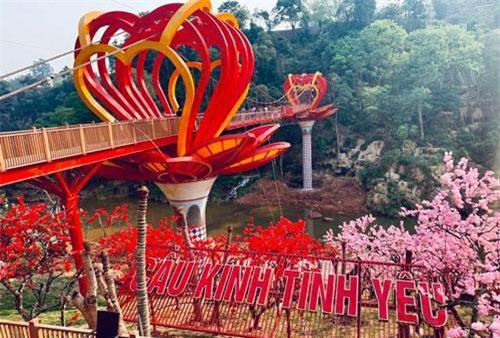 Cây cầu kính ở Mộc Châu (Sơn La) vừa mở cửa đi vào hoạt động vào ngày 25/4 vừa qua. Đây là cây cầu kính đầu tiên ở Việt Nam, sử dụng công nghệ kính 5D nhằm mang đến trải nghiệm ngắm cảnh đặc biệt cho du khách từ trên cao.