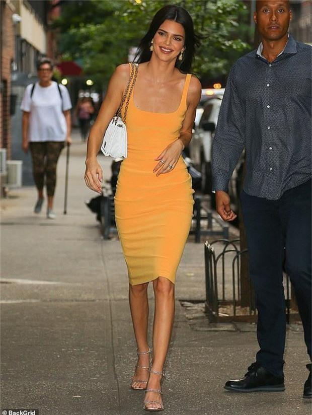 Diện váy ngắn bó sát, Kendall Jenner khoe trọn thân hình như tượng tạc, xứng danh chân dài 9X đắt giá nhất thế giới - Ảnh 4.
