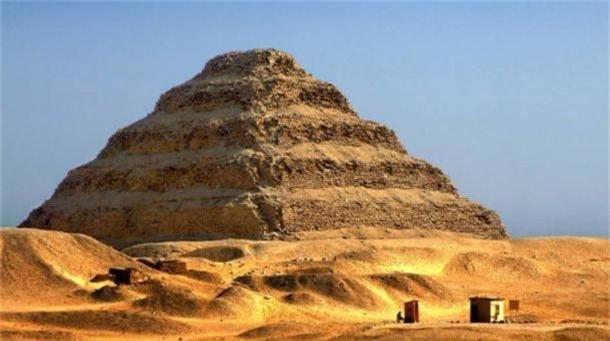 Phát hiện hàng trăm xác ướp được chôn xung quanh kim tự tháp cổ nhất thế giới - Ảnh 1.
