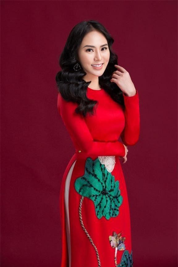 Bộ áo dài với màu sắc nổi bật khoe khéo đường nữ tính của người đẹp. Ảnh: Dân trí