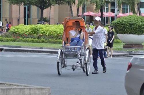 Xích lô chở khách du lịch tại nhà thờ Đức Bà (thành phố Hồ Chí Minh). (Ảnh: Dân trí)