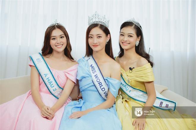 Tân hoa hậu Lương Kiều Linh cùng Á hậu 1 Kiều Loan và Á hậu 2 Tường San rạng rỡ trong buổi giao lưu trực truyến tại Kenh14.vn