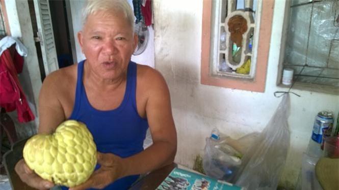Ông Nguyễn Văn Năm giới thiệu trái na Thái nặng 750gr.