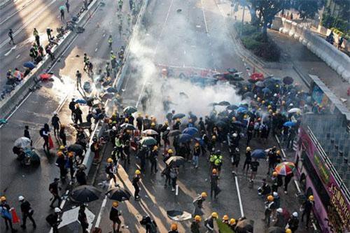 Người biểu tình đụng độ với lực lượng an ninh tại Hong Kong ngày 5/8 (Ảnh: Reuters)
