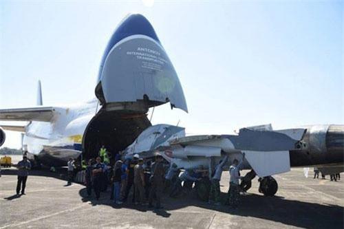 """Hôm 28/7, máy bay vận tải An-124 Ruslan của Ukraine đã vận chuyển hai máy bay tiêm kích Su-30K tới căn cứ không quân Sutlan Hasanuddin của Indonesia. Như vậy, sau Angola, cuối cùng đã lộ diện quốc gia thứ 2 """"quất"""" lô Su-30K đã qua sử dụng. Nguồn ảnh: Dambiev"""